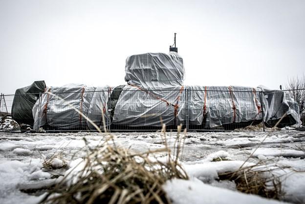 """Politiet har tildækket ubåden """"UC3 Nautilus"""" med presenning i Nordhavn i København, hvor den lige nu står opbevaret. Foto: Mads Claus Rasmussen/Scanpix"""