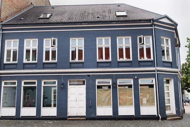 I den blå bygning på Store Torv åbner Doffs om en måneds tid. Cafeen får indgang på hjørnet, mens døren i front vil være indgang til take away delen. Foto: Matthew Burnett
