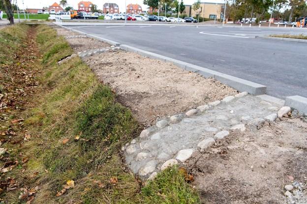 Lokal afledning af regnvandet har erstattet rørlagte kloakker på den ny p-plads. Foto: Henrik Bo
