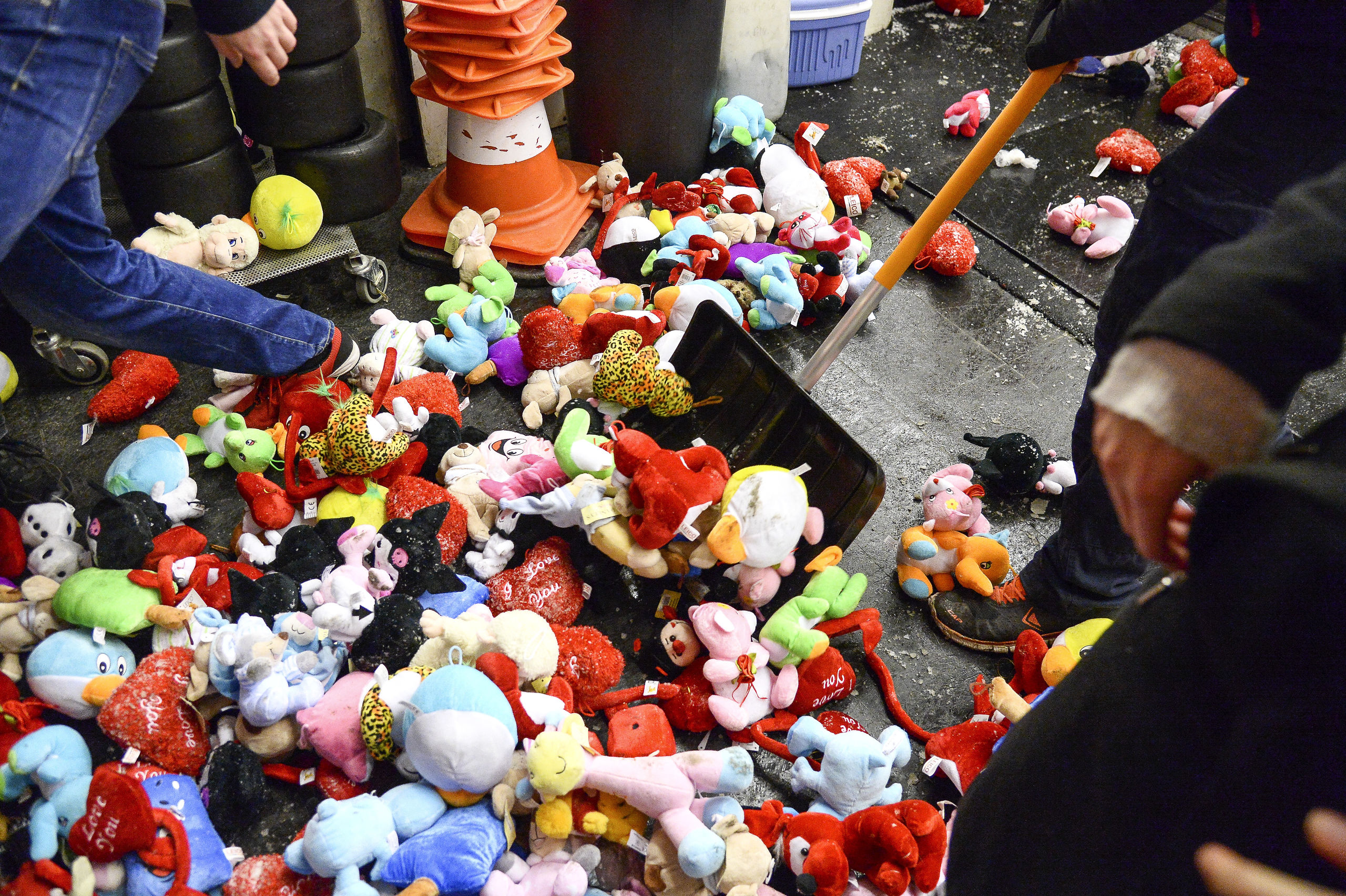 Ishockey: Kom og kast med bamser til fordel for syge børn