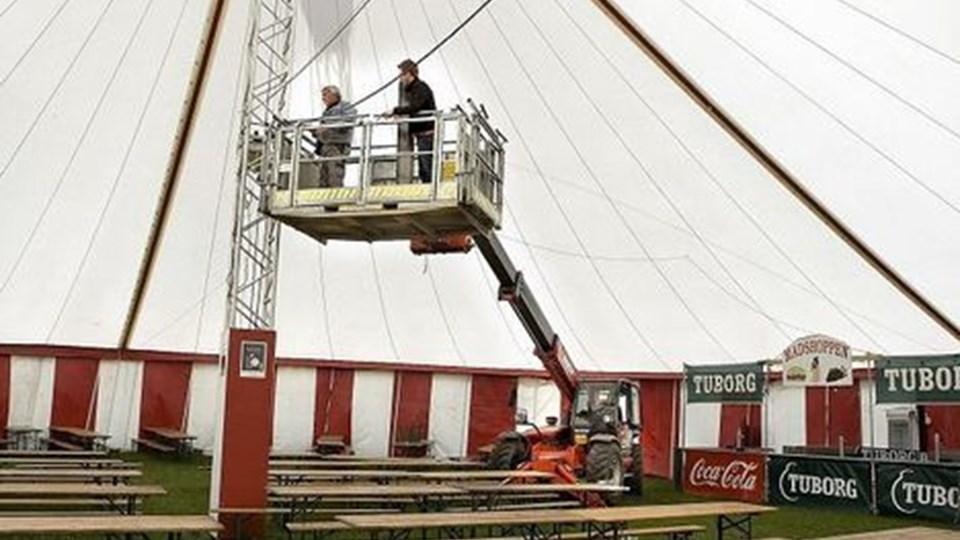 Det er Hjallerup Markeds telt, der rejses i Brønderslev. Arkivfoto: Henrik Louis