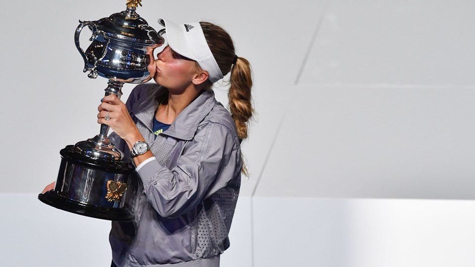 Denmark's Caroline Wozniacki kisses the championship trophy during the awards ceremony after her victory against Romania's Simona Halep in the women's singles final on day 13 of the Australian Open tennis tournament in Melbourne on January 27, 2018. / AFP PHOTO / Paul Crock / - - IMAGE RESTRICTED TO EDITORIAL USE - STRICTLY NO COMMERCIAL USE - -