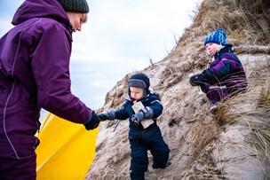 Christmas Cleanup: Le og Gry samlede kilovis af plastik på stranden