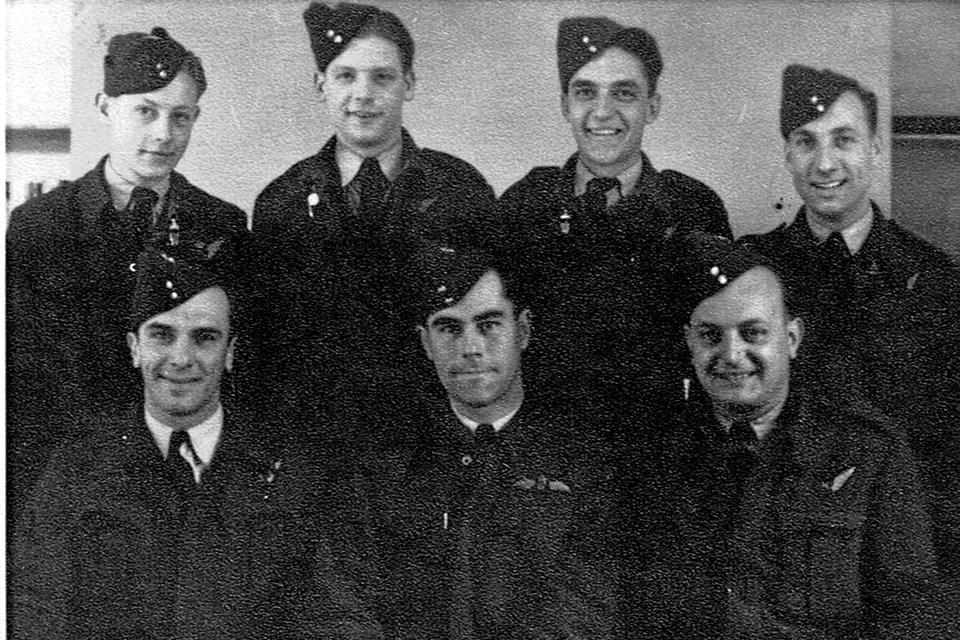 De syv ombordværende på det engelske fly var (øverst fra venstre:) Jack Couzens Reeb, Leslie Taylor, Dan Bullock og Bernard Farndale samt (nederst fra venstre:) Anthony Michael Kovacich, Edward Chatterton og William George Sankey.