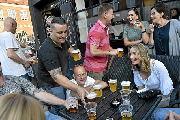 Også på Nytorv var der glade dage. Nogen havde rigtigt travlt med at servere øl ved de mange borde. Foto: Ole Iversen