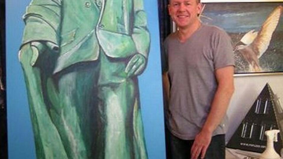 Niels Poplens med sit nye maleri af Holger Drachmann. Privatfoto