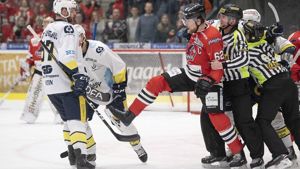 Victor Panelin-Borg måtte holdes tilbage af kampens dommere under slagsmålet i anden periode. Foto: Henrik Bo