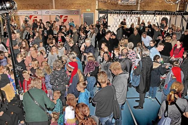Mange havde lagt vejen forbi Midtpunktet for at se julemessen. Foto: Hans B. Henriksen Hans B. Henriksen