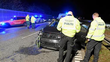 Uheld: E45 er spærret - tre biler stødt sammen