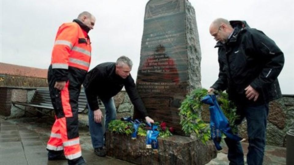 Fra venstre ses Birger Christensen og Allan Jellesen fra redningsstationen og Niels Chr. Nielsen, fiskeriforeningen, der nedlagde kranse ved RF2-mindestenen. Foto Bente Poder
