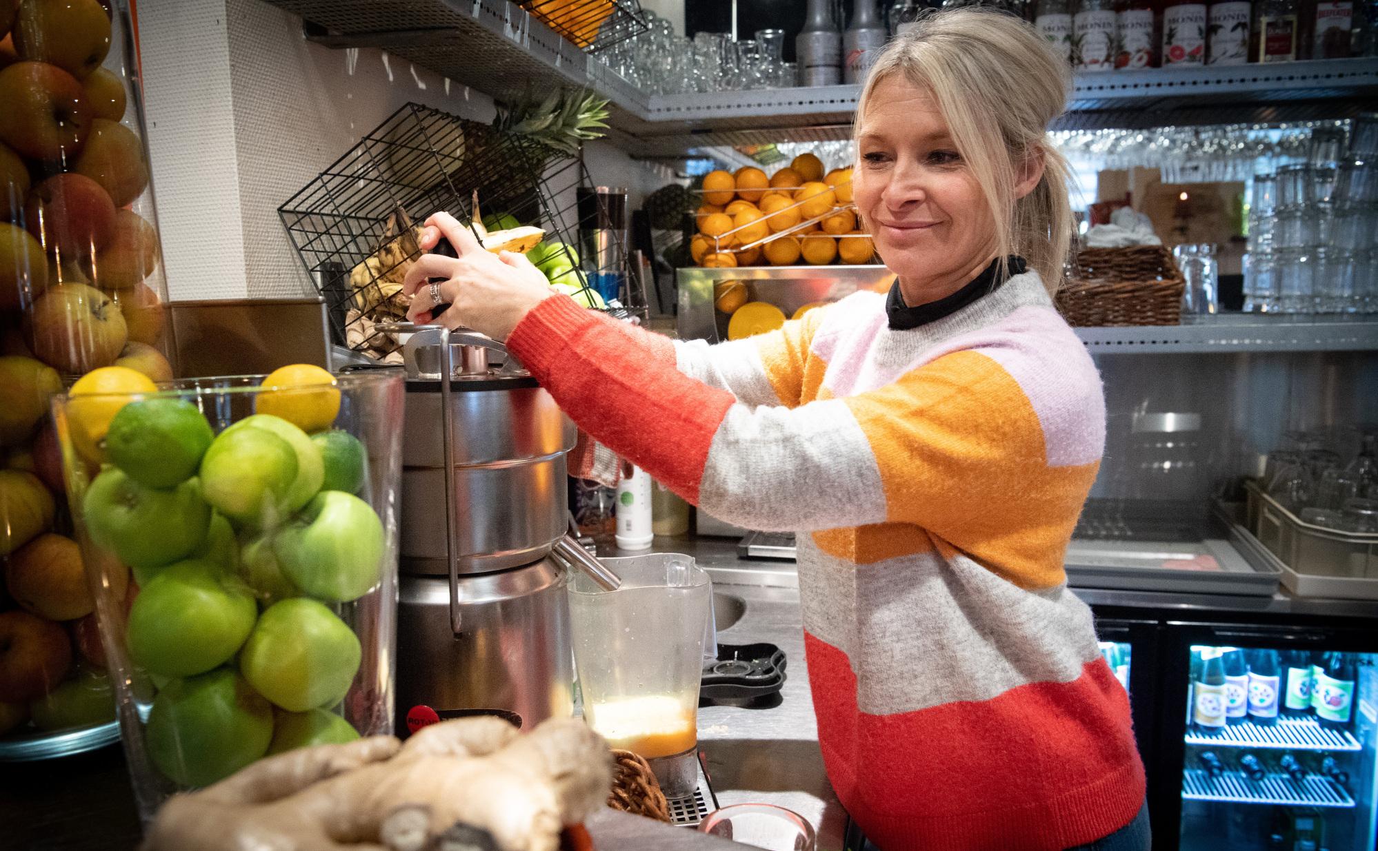 Jeannette Isgaard Jørgensen er indehaver af Cafe Vi2, der kan fejre sin 10 års fødselsdag her i november. Foto: Kim Dahl Hansen