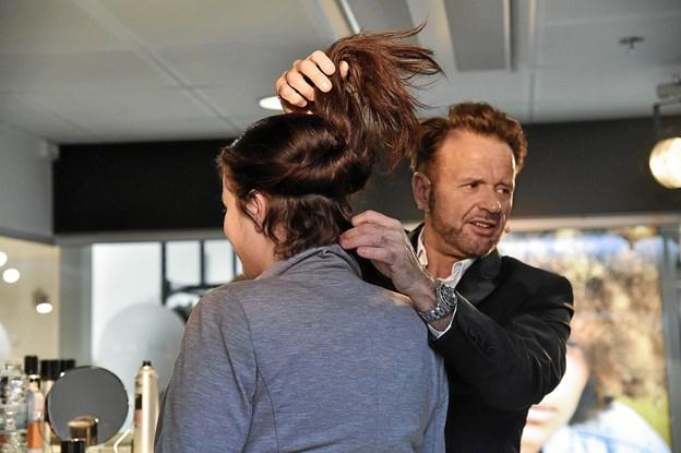 Vil du ikke have fletningen ned ad ryggen , så kan du jo hurtigt lave den klassiske knold, viste Dennis Knudsen. Foto: Ole Iversen Ole Iversen
