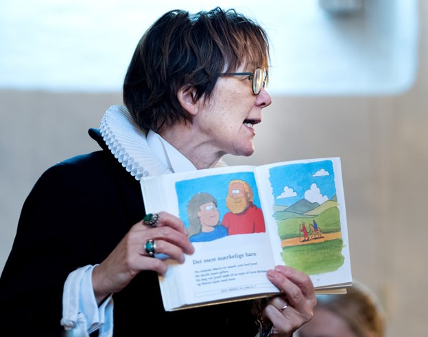 Præst Ninni Lodahl Gjessing fortalte juleevangeliet for de små børn.Foto: Torben Hansen Torben Hansen