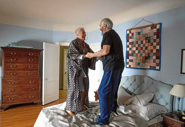 Ægtemanden Joe (Jonathan Pryce) tager sig sine friheder - her dog sammen med The Wife.
