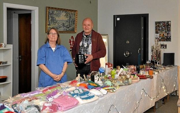 Andrea og Jan ved et af bordene med mange forskellige ting - bl.a. en hel del strikvarer. I baggrunden den indbyggede Jæger-pengeboks. Foto: Ole Torp Ole Torp