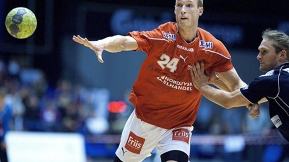 Johan Jakobsson er tilbage for Aalborg Håndbold og dermed ser Martin Larsen ud til at finke farvel til den megen spilletid. Foto: Lars Pauli