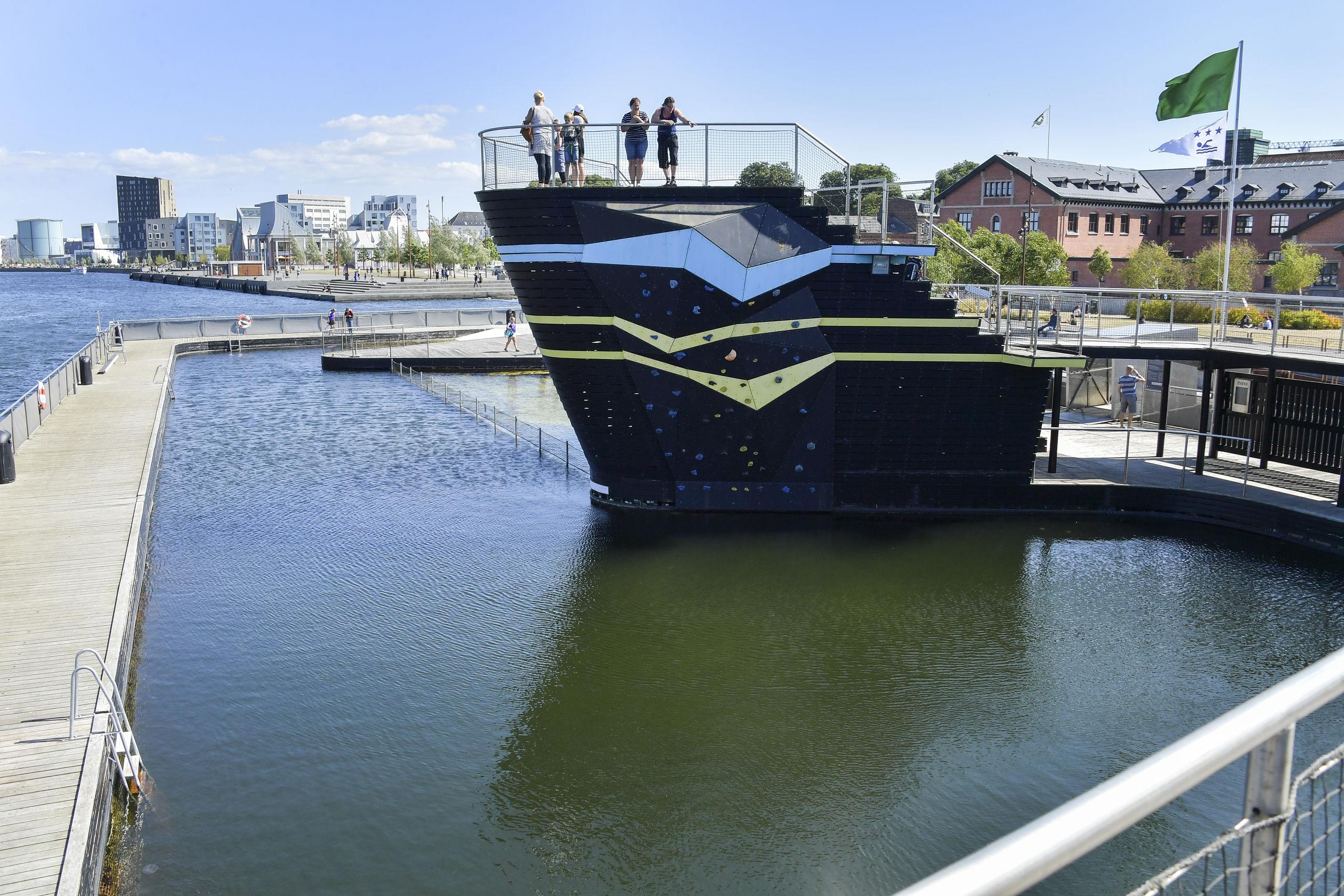 Aalborg Havnebad er stort set gabende tomt - og der er åbenbart ingen, der har mod eller lyst til at tage sig en svalende dukkert i Limfjorden.
