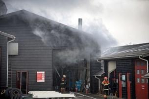 Brand hos autolakerer: Fire kørt til kontrol for røgforgiftning