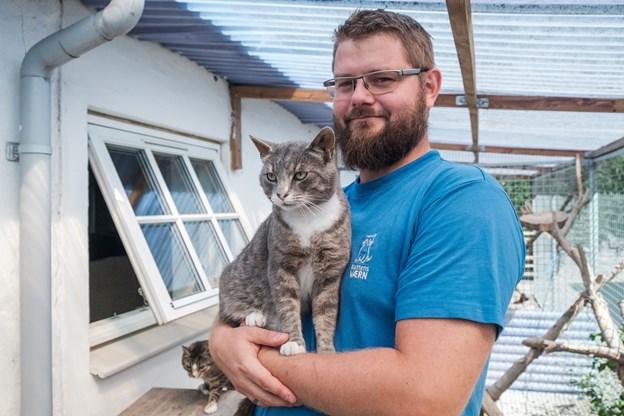 Internatleder René Skall har ikke selv katte i hjemmet, fordi han har 107 katte at tage sig af på internatet. Foto: Lasse Sand