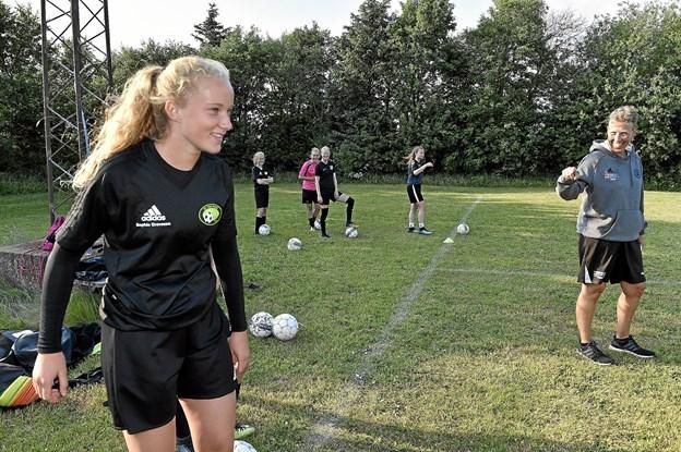 Her er det træner Sanne Mortensen, der har fuldt styr på træningen af U15 pigerne. I forgrunden Sophie Gravesen.Foto: Ole Iversen