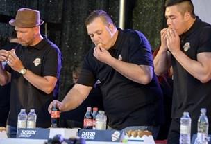 Hotdogkongen Ruben melder fra - pølsefinale bliver svuppende tæt