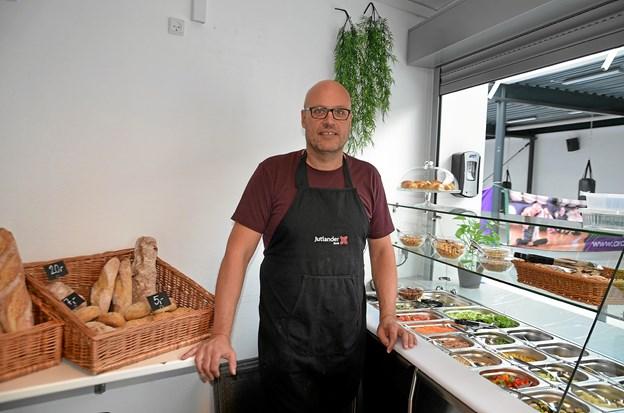 """Claus Jacobsen, centerleder i Arden Hallerne, i cafeen """"Forbrændingen"""", der nu også byder på både salatbar og friskbagt brød. Foto: Jesper Bøss"""