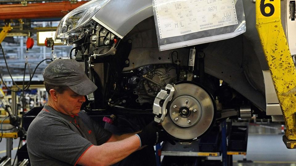 Arbejder på bilfabrikken Vauxhall i Ellesmere Port i det nordvestlige England. Fabrikken ejes af det franske PSA Group. De britiske bilarbejdere kan være truet uden en aftale mellem Storbritannien og EU.  Foto: Scanpix/Paul Ellis