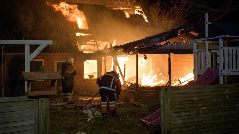 En ejendom ved Rakkeby blev natten til torsdag i sidste uge raseret af brand. Politiets teknikere har nu et bud på en brandårsag. Arkivfoto: Bo Lehm