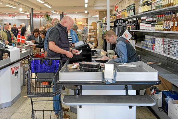 Der blev taget godt imod René Ejstrups initiativ til at genåbne Slagter Winther, og med de mange gode åbningstilbud, var der lange køer ved kasserne. Foto: Niels Helver