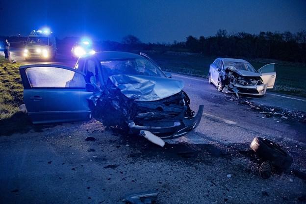To biler i frontalt sammenstød: En person alvorligt kvæstet