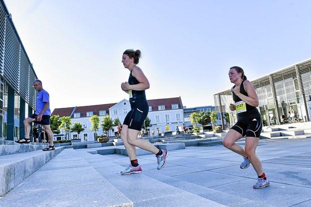 Ved trapperne på havnetorvet skulle man passe ekstra på. Her Lise og Lotte Lodahl, der sluttede som nr. 27 og 28. Foto: Ole Iversen