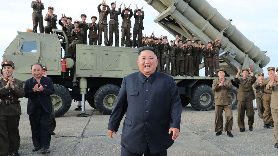 Kim Jong-un overværede lørdag en test af et nyudviklet våben. Billedet er taget lørdag den 24. august og offentliggjort af KCNA dagen efter.