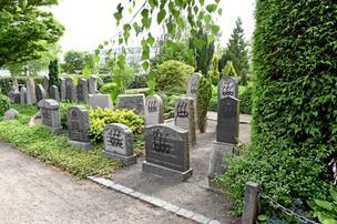 100 gravsten spraymalet med Satan-tegn: - Det er slet ikke i orden