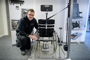 Nordjyder får verdenspatent på genialt system: Hvem skal ellers spænde kørestole fast i selvkørende biler?