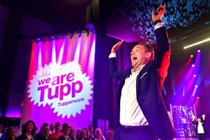 Fællessang og peptalk: 600 fans af bøtter og plastik festede i Aalborg - se billeder og video her