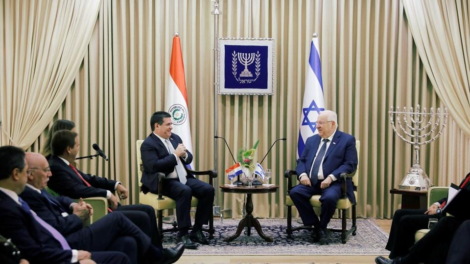Paraguays præsident, Horacio Cartes, mødte Israels præsident, Reuven Rivlin, forud for åbningen af Paraguays ambassade i Jerusalem mandag. Foto: Reuters/Ronen Zvulun