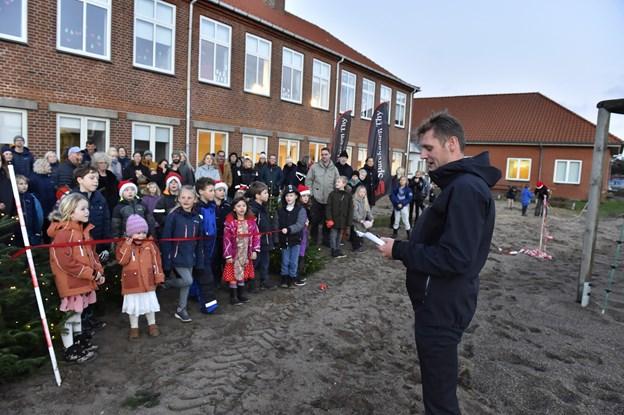 Jesper Overgaard takkede arbejdsgruppen af forældre, lærere der har trukket det store slæb med etableringen af legepladsen.  Foto: Ole Iversen