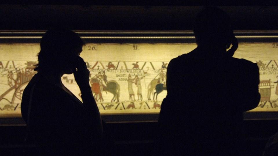 På vægtæppet er hele historien bag Slaget ved Hastings i 1066 genfortalt og illustreret. Kunstværket menes at være fremstillet kort tid efter kampen. Foto: Scanpix/Mychele Daniau
