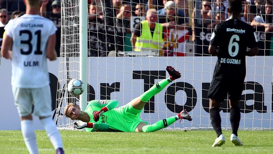 Eintracht Frankfurt hentede inden denne sæson Brøndby-målmanden Frederik Rønnow (i midten), som lørdag blev bænket. Her ses han i en anden kamp tidligere på sæsonen. Foto: Michael Dalder/arkiv/Reuters
