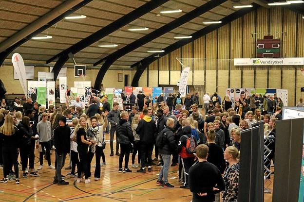 Efter virksomhedsbesøg i hele kommunen var eleverne samlet til messe i Jetsmark Idrætscenter. Foto: Flemming Dahl Jensen