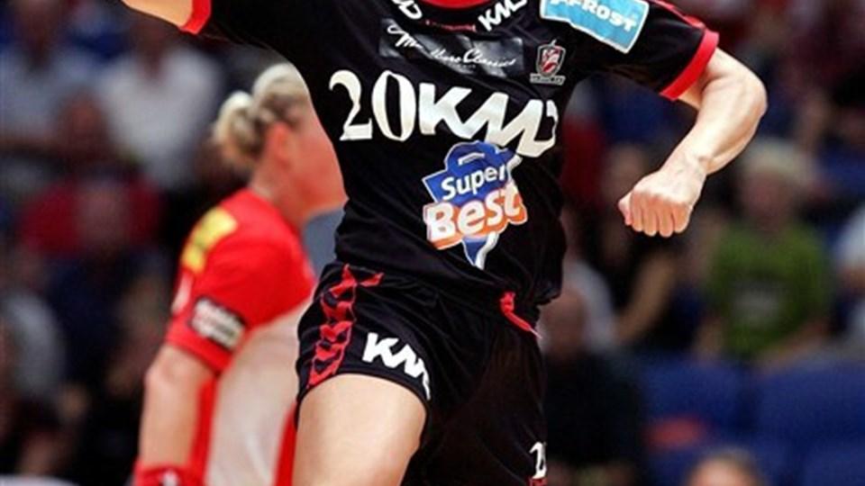 Aalborg DH besejrede KIF Vejen 35-26 i Gigantium. Louise Mortensen var en fornøjelse at følge, men hendes holdkammerater gjorde det også godt. Her er det Tanja Logvin. Foto Lars Pauli