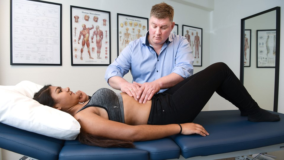 Jeppe Frøstrup Nørgaard er uddannet fysioterapeut, men har efterfølgende uddannet sig til osteopat. Foto: Claus Søndberg