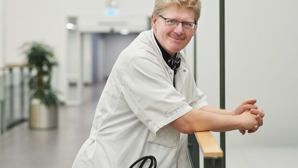 Professor Stig Andersen, Aalborg Universitetshospital, har erfaret at enestuer, mindre medicin og ro omkring patienterne kan forhindre den overophedning af hjernen, der kan føre til en hjerneskade