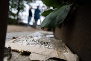 Flere og bedre skraldespande i bymidten - og mere opdragelse