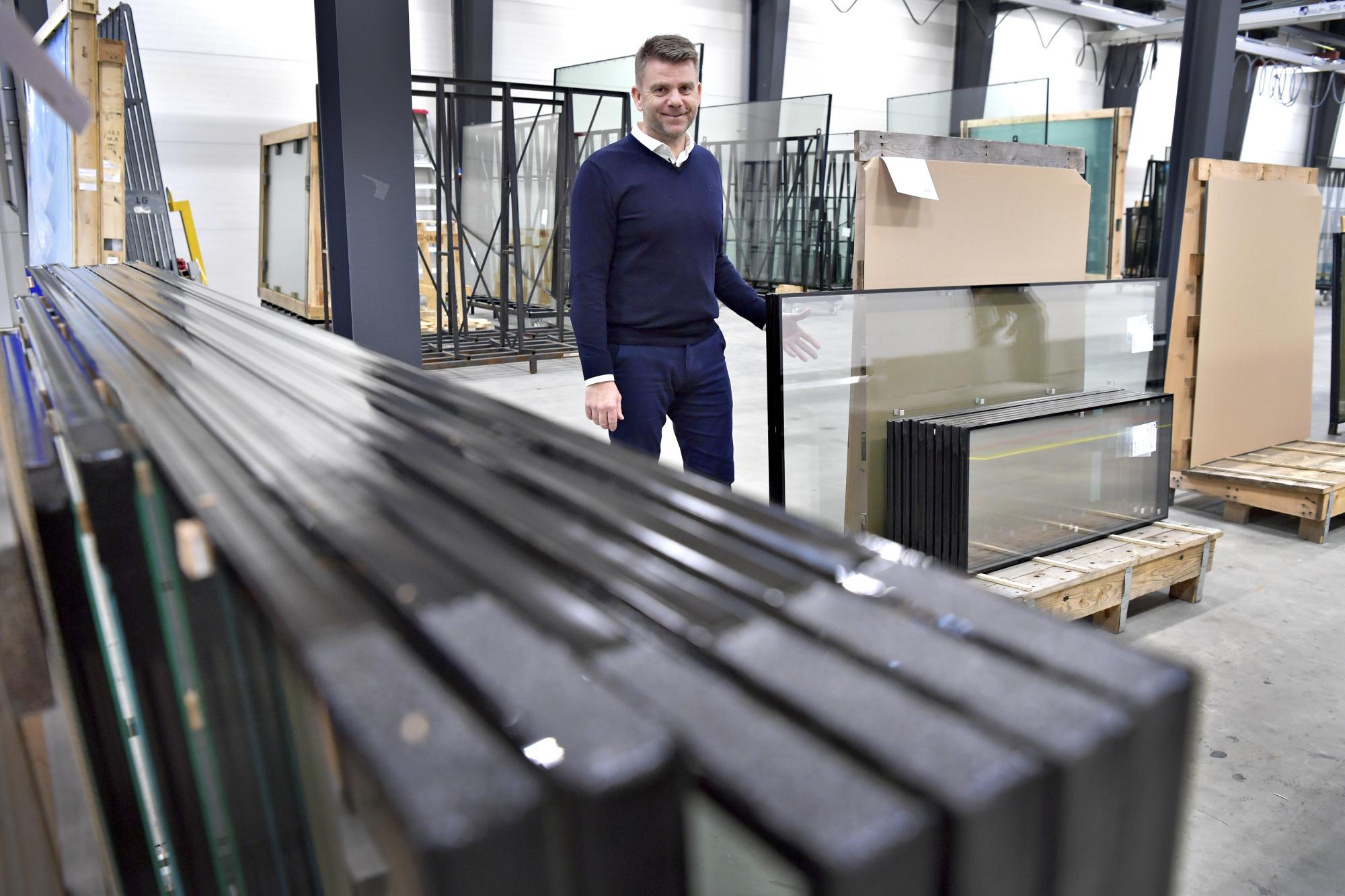 Succesfuld glasvirksomhed sprænger alle rammer: Nye bygninger skal have store glasflader