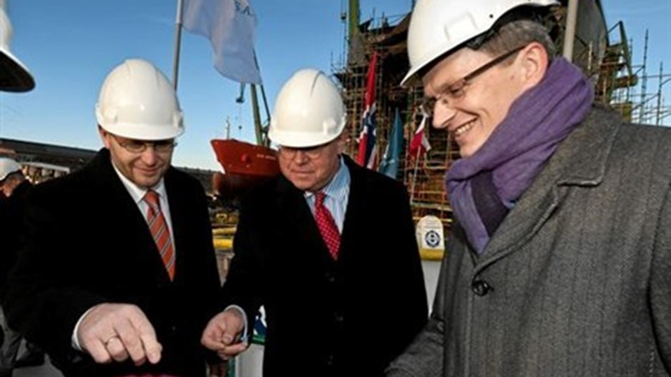En tradition med at lægge en mønt ned ved køllægning af et skib blev fulgt. Privatfoto