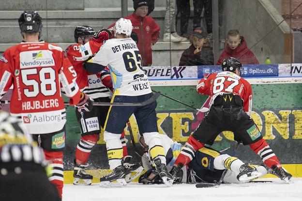 Kampens betydning gjorde hverken Aalborg Pirates eller Esbjerg Energy noget som helst for at skjule. Der var smæk på og høj intensitet i duellerne på isen i Bentax Isarena. Foto: Henrik Bo