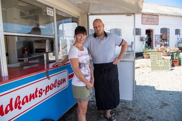 Foto: Kim Dahl HansenHjørring Nr. Lyngby - Keld og Ann-Katrine åbner om en uge pølsevogn ved strandfogedgården i Nr. Lyngby - parret har lige åbnet cafeen Retro & Art. Vognen er klar - og hedder Udkantspølsen