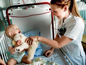 Børn på sygehuset finder tryghed i krammebamse