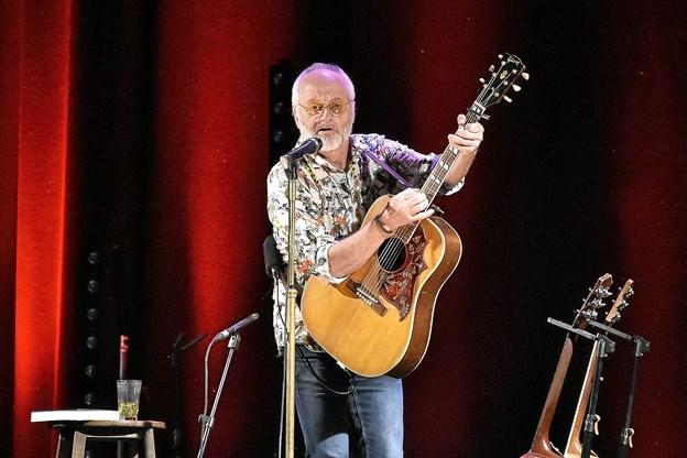 """Allan Olsen med """"sceneshow"""" og svingende guitaren over hovedet, med et skævt smil, havde 350 publikummer i sin hule hånd.Foto: Ole Iversen"""